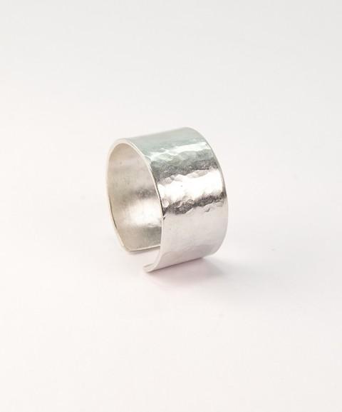 Ασημένιο δαχτυλίδι σφυρίλατο